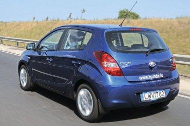 Aranyos a Hyundai hátulról is. Egy alapvetően városi autóról én hiányolom a sarkokat védő koptatócsíkokat