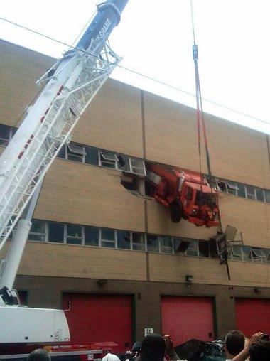 Csak odébb akart állni egy szerelő a New Yorki javítóműhelyben - a tűzoltók szabadították ki a fülkéből