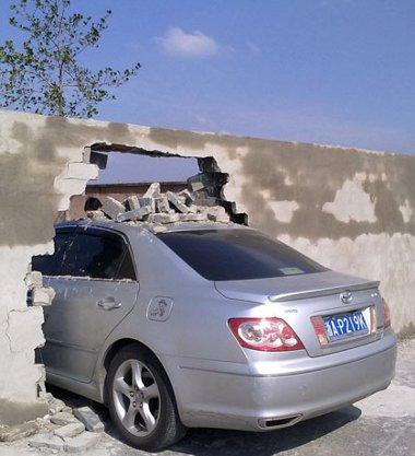 Az autót vezető Yu kisasszony védekezése: amikor legutóbb arra járt, még nem volt ott a fal