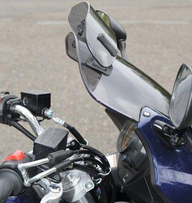Az állítható mini plexi hatásosan töri meg a menetszelet