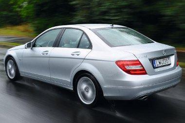 A szelektív lengéscsillapítás az útviszonyokhoz és a terheléshez alkalmazkodik, de az úthibákkal így sincs kibékülve a Mercedes