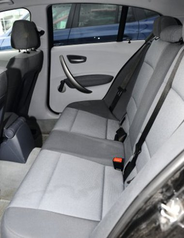 Hosszú távon is jól tartanak az első ülések, hátul két felnőtt fér el, a fejtér átlagos. Az autó hossza 4225 mm, tengelytávolsága 2660 mm