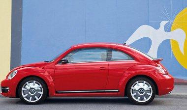 Walter de Silva (VW-konszern) és Klaus Bischoff (a VW márkafelelőse) álmodta meg a Beetle köntösét. Jár a gratuláció!