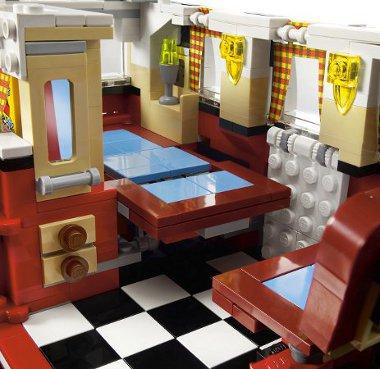 Ha nagyobb lenne, akár be is lehetne költözni a LEGO Camper Van-ba