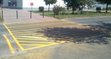 Megvannak a forgalomtechnikai eszközök a gyalogátkelőhelyek és gyalogosok által gyakran átkeléser használt útszakaszok megfelelő jelölésére