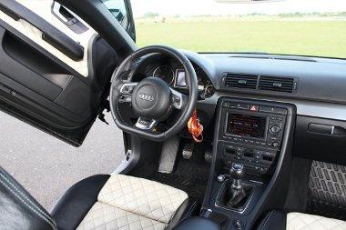 Peti csapott karimájú Audi TT-RS-kormányt markol