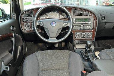 Klasszikus Saab-belső, gyújtáskulcs a váltónál. A műanyagokról pattogzik a fóliaszerű borítás