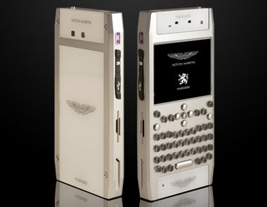 Fekete, selymes fekete vagy ezüst színben választható az Aston Martin mobil