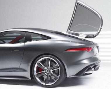 Oldalra nyílik a csomagtérfedél, amelynek formája a Jaguar E-Type kupét idézi