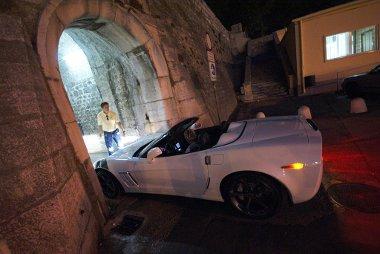 Nem számoltak a Corvette szélességével a Zadar óvárosát védő fal építői – a tükrök behajtásával sikerült a bejutás