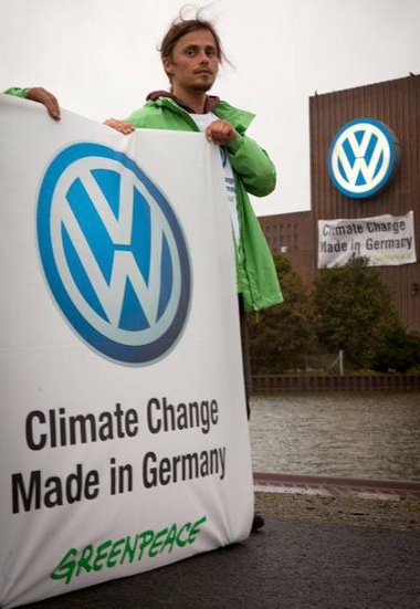 A Greenpeace több takarékos autót és gyorsabb csökkentést szeretne a Volkswagenből kicsikarni