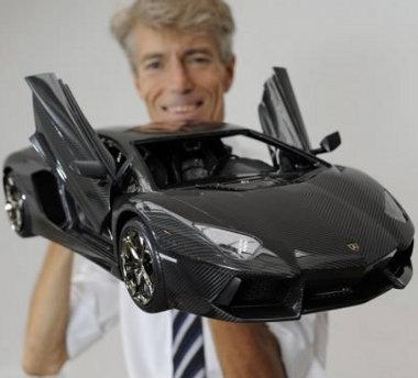 Csak semmi botlás, a kézben tartott Lamborghini modell ára 1,2 milliárd (!!!) forint. Ismétlem: 1,2 milliárd (!!!) forint