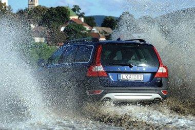 Akár 30 cm mély vízzel is megbirkózik az XC70-es. Az első terepszög 19,2, a hátsó 24 fok, de csak a könnyebb kalandokra vevő a Volvo