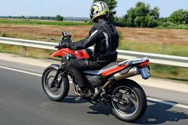 A szélvédelem 100 km/óráig nagyszerű. Ekkora sebesség felett már megmutatkozik a széles kormány hátránya