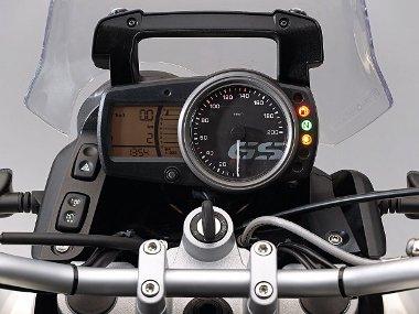 Fordított sorrend: a szokásosnak mondhatótól eltérően a sebességmérő analóg, míg a fordulatszámról digitális műszeregység tájékoztat