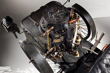 Az első világháború miatt a réz és bronz alkatrészeket eltávolították; a nyolcvanas évek végén lett újra működőképes a 127 éves gőzautó