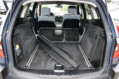 A csomagok rögzítését a BMW-ben csúszkás sínrendszer segíti.