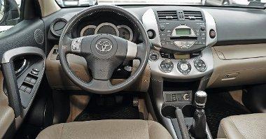Egészen gusztusos és vidám hangulatú a Toyota műszerfala. Nyomógombos az indítás és a motorleállítás