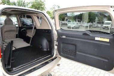 A Toyota hátsó ajtaja oldalra nyílik, kitárásához nagy helyre van szükség