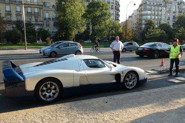 Nem kis meló lehetett az autók sérülés nélküli trélerre állítása