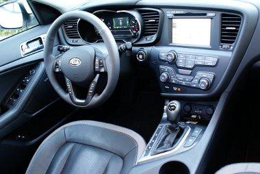 Műszerek helyett monitort kap a hibrid, nálunk kisebb, kétliteres benzinmotorral fogják kombinálni az elektromotort