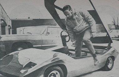 Egy sportkocsi mintájára készült akkumulátoros villamos autó prototípusa, amerikából. A kétüléses, tetőajtós karosszéria üvegszálas erősítésű műanyagból készült. A kocsi tervezője, Robert S. McKee külön is bemutatja a villamos meghajtás tizenkét akkumulát