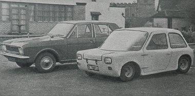 Az angliai Carter-Coadster kicskocsi egy normál benzinmotoros Ford előtt
