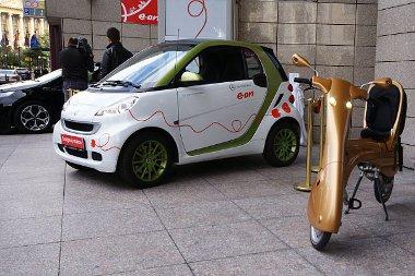 Autó, robogó, bicikli – mindenféle elektormos járművet szívesen várnak. A teherautó problémás lehet, mert a töltőoszlop a járdán van