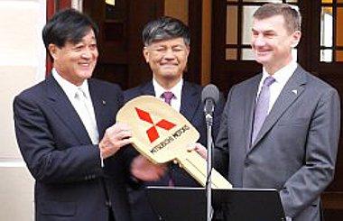 Balra Osamu Masuko, a Mitsubishi Motors elnöke, középen Akinobu Ogata, a Mitsubishi Corporation vezető alelnöke, jobbra Andrus Ansip, Észtország miniszterelnöke