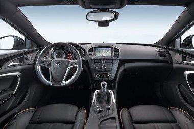 Minimális változások a belsőben, megújult például a navigációs rendszer, s a rendelhető biztonsági extrák köre is bővült