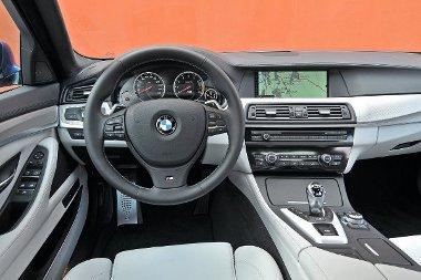 Mivel a kényelemből nem akart áldozni a BMW, a belső mértékletesen sportos