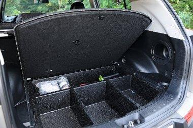 A roló alatt átlagos a csomagtartó, a támlák a fülek meghúzására síkba dőlnek. A padló alatti rekeszek haszna kérdéses