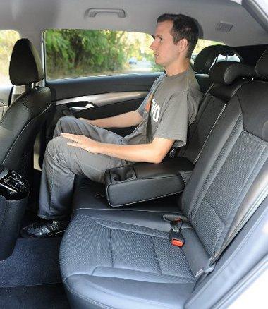 Hatalmas hely, kényelmes ülések, de a fejtér hátul lehetne nagyobb