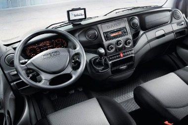 Otthonos a fülke, a váltó kézre esik, a komfortot feláras navigátor és USB-csatlakozó is fokozhatja