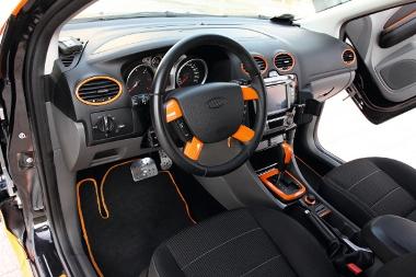 A jól felszerelt Ford Focus tuningolásakor a karbon- és narancsszínű felületekkel való játék volt a vezérfonal. Ez az utastérben is látszik