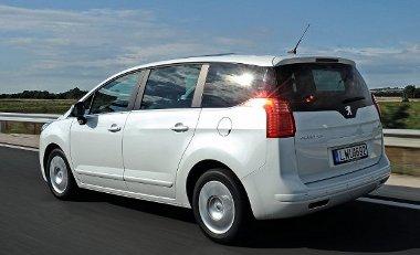 Komfortos és stabil a futómű, de a keresztbordákról néha elpattog a Peugeot hátulja