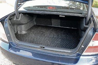 Legacy limuzin: csomagrögzítő háló, szűk nyílás, fix háttámla