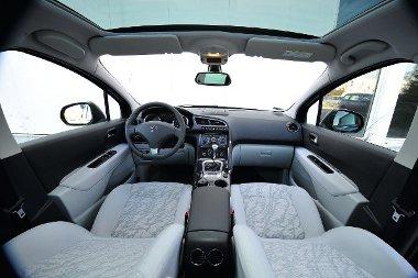 A vezető hangulatos cockpitben dolgozhat, a panoráma-üvegtető széria