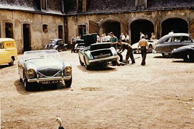 Még a francia libák is érdeklődéssel figyelték, ahogy a brit szerelők a részeg kamionos által összetört versenyautó techikáját az edzésautóba építették át egy éjszaka alatt