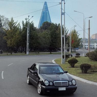 Akinek jutott az ajándék-Mercedesekből, annak nagy felnire is futja. Még jó, hogy kereskedelmi embargó van érvényben
