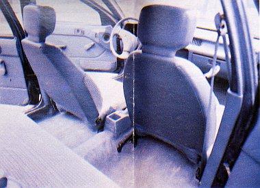 Ezzel a fotóval próbáltuk érzékeltetni a Suzuki remek belső térkihasználását. A vezetőülés leghátsó, a másik első ülés a legelső helyzetben van. Jól látszik, hogy a vezetőülés mögött még így is jelentős nagyságú hely maradt