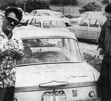 A nagykategória győztese, a szovjet Kotjelevszkij és utasa a 412-es Moszkviccsal, amelynek csomagtartóján 4 nyelven is bölcs közlekedési tanácsok voltak olvashatók