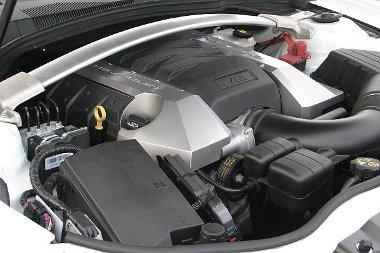 A méret a lényeg! Nem éppen korszerű a Corvette-ből származó V8-as. Automata váltó esetén változó szelepvezérléssel és aktív hengerlekapcsolással spórol