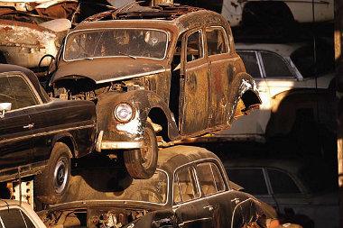 Szétbontott, sérült autók rozsdásodnak a szabad ég alatt Los Angelesben