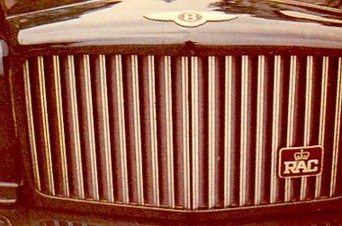 A hűtőmaszk lamellái nem krómozottak, hanem csillogóra polírozott, rozsdamentes acélból készültek