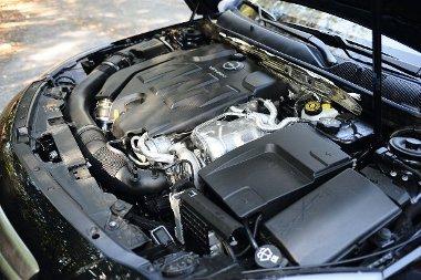 A V6-os turbómotor nem olyan harcias, mint azt a külső design mutatja