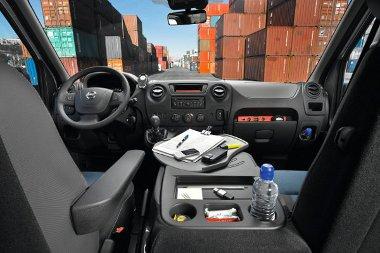 A hátsókerék-hajtású NV400-as motorja hosszában áll, a fronthajtásúé keresztben. A vezetőfülkében jól berendezkedhet az ember