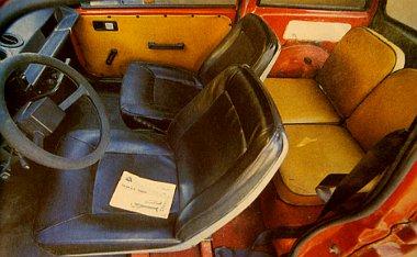 Meglepően tágas az utastér. Az ülések azonban nem dönthetőek, ezért a hátsó ülésekre csak akrobatamutatvány árán lehet bejutni