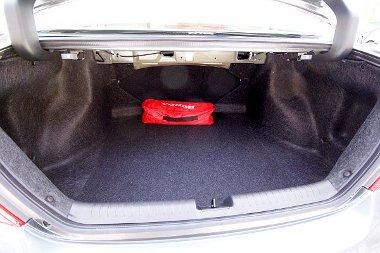 Zegzugos a csomagtér, és kisebb (440 liter kontra 477 liter), mint az ötajtósban