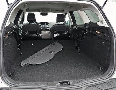 Nem túl nagy a csomagtér, a szőnyeg kihajtható a lökhárító védelmére